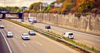 Mehrere Fahrzeuge auf einer Autobahn. Für eine Überführung nach Deutschland werden Exportkennzeichen benötigt.