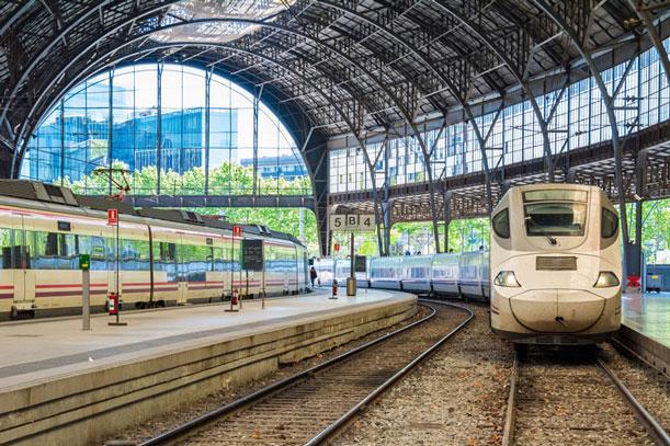 Bahnhofshalle mit einem Zug.