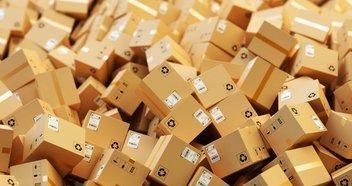Zahlreiche Pakete liegen übereinandergestapelt auf einem Haufen.