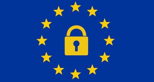 Ein Sicherheitsschloss in der Mitte einer Europaflagge illustriert die EU-Datenschutzgrundverordnung.