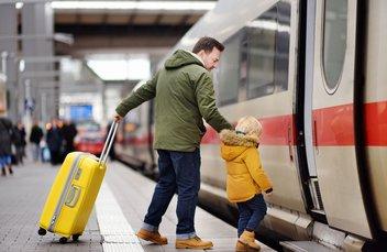 Ein Vater steigt mit seinem Sohn in einen ICE der Deutschen Bahn.
