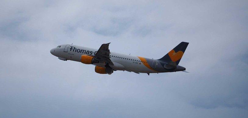 Ein Flugzeug des insolventen Reiseveranstalters Thomas Cook beim Abflug.