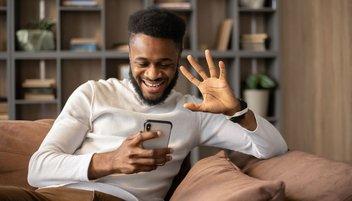 Daten-Roaming: Ein Mann hält ein Smartphone in der Hand und telefoniert.