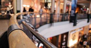 Blick über ein Geländer in einem Einkaufszentrum.