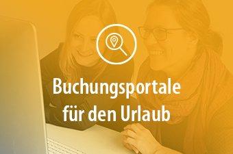 Zwei Frauen buchen über ein Online-Buchungsportal eine Reise.