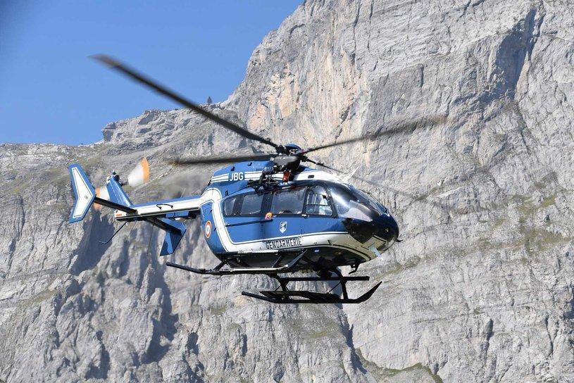 Ein Rettungshubschrauber der französischen Gendarmerie fliegt zu einem Einsatz.