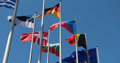 Mehrere Flaggen einzelner EU-Länder wehen im Wind.